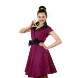 Den unga kvinnan i ljust färgar klänningen Arkivbild