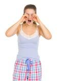 Den unga kvinnan i pajamasgnuggbild synar Royaltyfri Bild