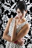 Den unga kvinnan i retro utformar Royaltyfria Bilder