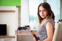 Den unga kvinnan i skönhetsalongen royaltyfria foton