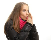 Den unga kvinnan i vinterförsök att värma henne upp räcker arkivfoto