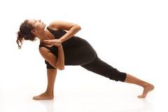 Den unga kvinnan i yoga poserar Royaltyfri Bild