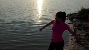 Den unga kvinnan jublar på segern med en mästarebunke i slo-mo lager videofilmer