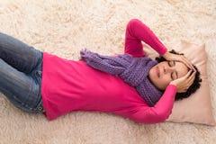 Den unga kvinnan känner mycket huvudvärk Fotografering för Bildbyråer