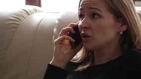 Den unga kvinnan känner sig ledsen och gråt, medan tala med någon på smartphonen långsam rörelse lager videofilmer