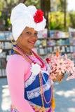 Den unga kvinnan klädde med typisk kläder i havannacigarr Arkivfoto
