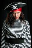 Den unga kvinnan klädde som en piratkopiera i en svart hatt Royaltyfri Fotografi