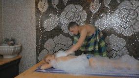 Den unga kvinnan kopplar av i turkiskt bad lager videofilmer