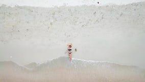Den unga kvinnan kopplar av på stranden stock video