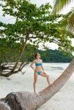 Den unga kvinnan kopplar av på stranden Arkivfoton