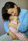 Den unga kvinnan kramar hennes älskvärt behandla som ett barn Arkivfoton