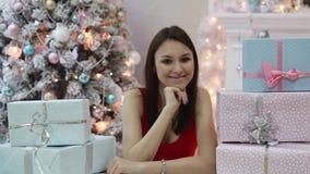 Den unga kvinnan ligger i gåvor för ` s för nytt år stock video
