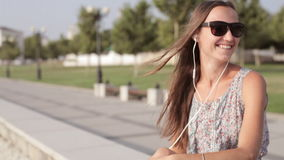 Den unga kvinnan lyssnar musik och den roliga dansen lager videofilmer