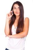 den unga kvinnan med cellen ringer att le arkivfoton