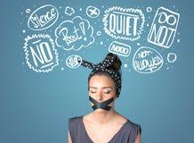 Den unga kvinnan med den limmade munnen och tanke fördunklar Arkivfoto