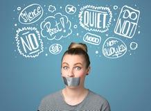 Den unga kvinnan med den limmade munnen och tanke fördunklar Arkivfoton