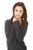 Den unga kvinnan med den ruskiga halsen smärtar Royaltyfria Foton