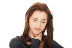 Den unga kvinnan med den ruskiga halsen smärtar Arkivfoto