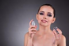 Den unga kvinnan med doft i skönhetbegrepp royaltyfria foton