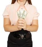 Den unga kvinnan med dollar i henne räcker Arkivfoto