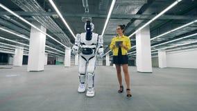 Den unga kvinnan med en minnestavla kopplar på en cyborg stock video
