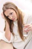 Den unga kvinnan med exponeringsglas av bevattnar Royaltyfri Bild