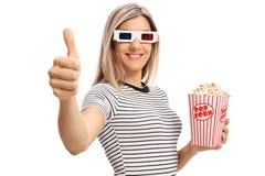 Den unga kvinnan med exponeringsglas som 3D gör en tumme gör en gest upp Royaltyfria Bilder