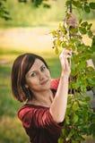 Den unga kvinnan med fattar av mullbärsträdet royaltyfri bild
