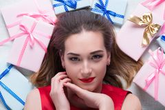 Den unga kvinnan med gåvor Arkivfoton