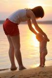 Den unga kvinnan med hennes litet behandla som ett barn Royaltyfri Bild