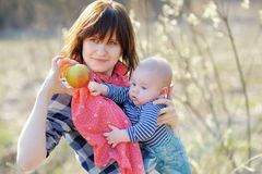 Den unga kvinnan med hennes litet behandla som ett barn pojken Arkivfoton