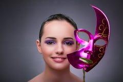 Den unga kvinnan med karnevalmaskeringen arkivbilder