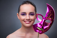 Den unga kvinnan med karnevalmaskeringen arkivbild