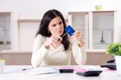 Den unga kvinnan med kvitton i budget som planerar begrepp arkivbild