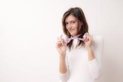 Den unga kvinnan med lilor pryder med pärlor Royaltyfria Bilder