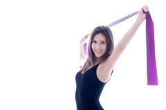 Den unga kvinnan med pilates fäster räcker in Royaltyfria Foton