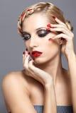 Den unga kvinnan med rött spikar Royaltyfri Fotografi