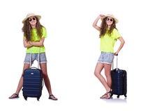 Den unga kvinnan med resväskan som isoleras på vit Fotografering för Bildbyråer