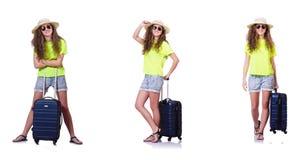 Den unga kvinnan med resväskan som isoleras på vit Arkivbilder