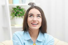 Den unga kvinnan med roligt tjaller Arkivfoton