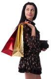 Den unga kvinnan med shopping hänger lös Royaltyfri Foto