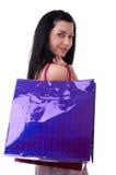 Den unga kvinnan med shopping hänger lös Royaltyfria Foton