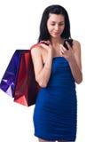 Den unga kvinnan med shopping hänger lös Royaltyfri Fotografi
