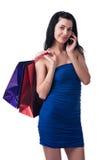 Den unga kvinnan med shopping hänger lös Arkivbilder