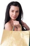 Den unga kvinnan med shopping hänger lös Royaltyfria Bilder
