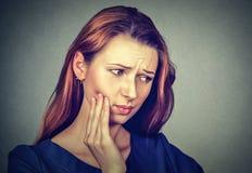 Den unga kvinnan med tandvärkkronaproblem smärtar Fotografering för Bildbyråer