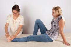 Den unga kvinnan mottar bowen terapi arkivfoto