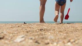 Den unga kvinnan och barnet går till havet lager videofilmer