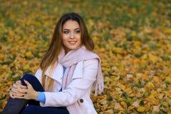 Den unga kvinnan och gul lönn för nedgång arbeta i trädgården bakgrund fritt avstånd Arkivfoton