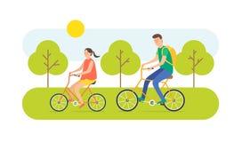 Den unga kvinnan och mannen rider cykeln Royaltyfri Foto